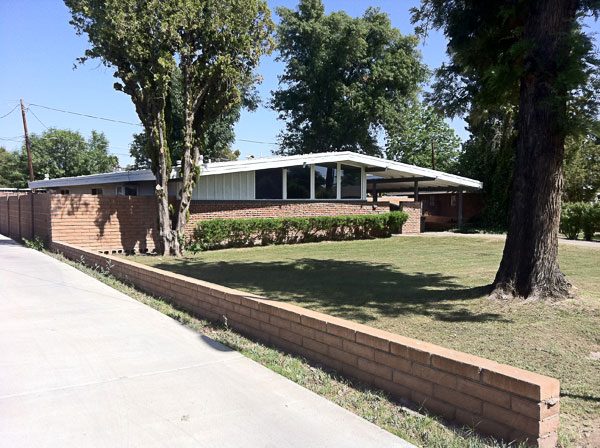 Mid century modern architecture still vibrant in phoenix for Modern home builders phoenix